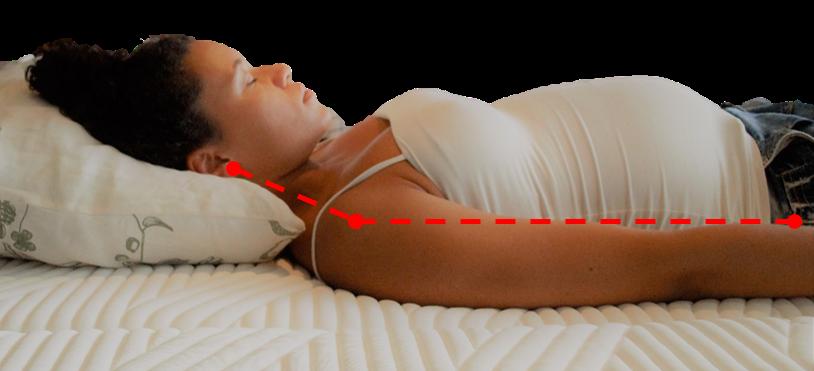 Nainen nukkuu selinmakuulla korkealla tyynyllä