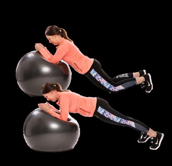 Nainen on lankkuasennossa kädet jumppapallon päällä ensin polvet maassa ja sitten polvet ilmassa.