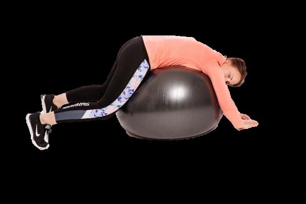 Nainen makaa vatsallaan jumppapallon päällä.
