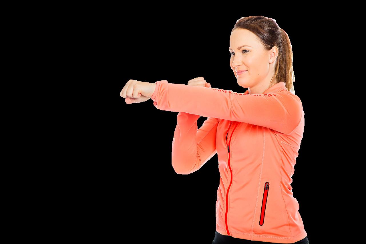 Nainen nyrkkeilee edessä ilmaa.