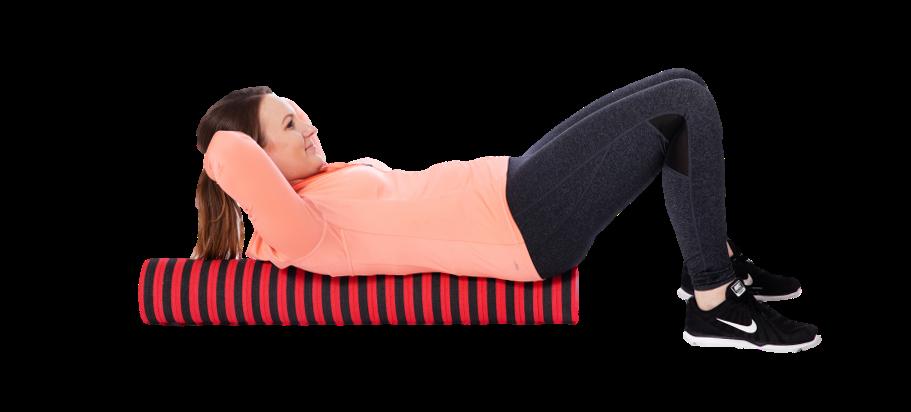 Nainen makaa rullan päällä ja kohottaa ylävartaloa irti rullasta