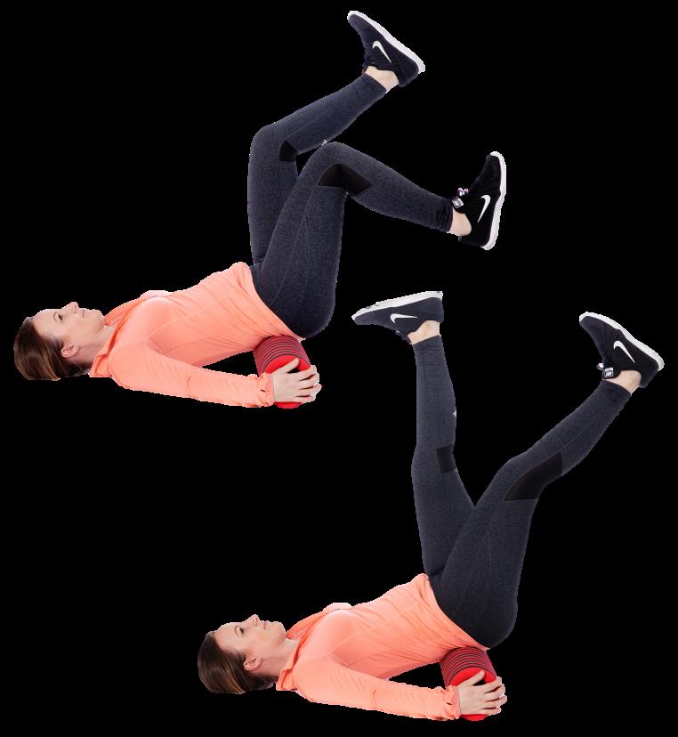 Nainen makaa poikittaisen rullan päällä ja liikuttaa jalkoja