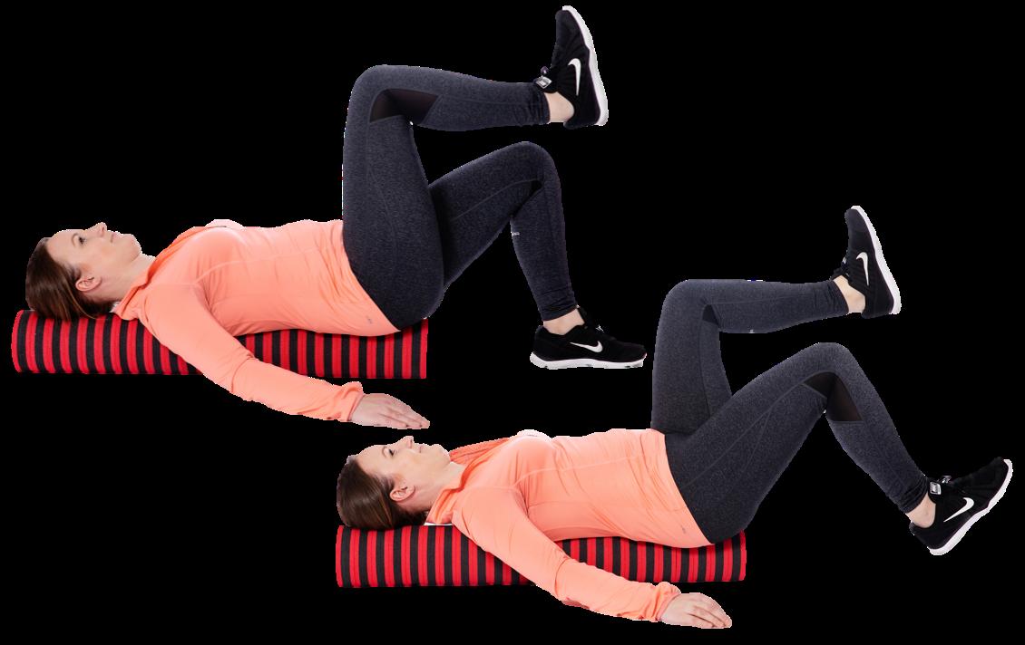 Nainen makaa pilatesrullan päällä ja nostaa jalkoja