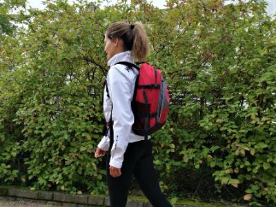 Nainen kävelee reppu selässä